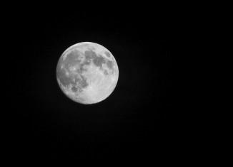 Vista de la Luna desde el pico del Veleta, en Sierra Nevada (Granada). Foto: Antonio L. Juárez