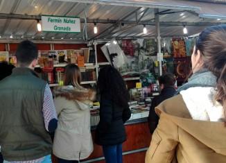 Visitantes en la tradicional Feria del Libro Antiguo y de Ocasión de Granada.