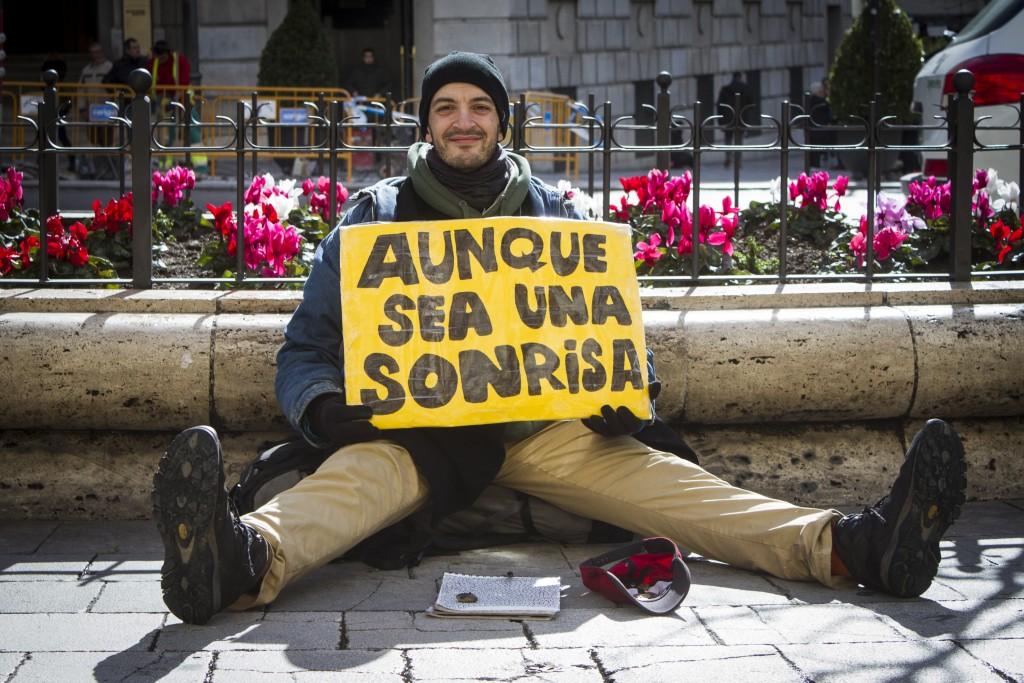 Enrique ,un madrileño, que pide sonrisas en vez de dinero en la calles de Granada. Foto: Antonio L. Juárez