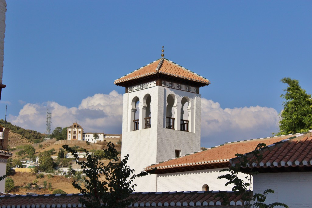 Mezquita con San Miguel Alto al fondo. Foto: Álvaro Barbero