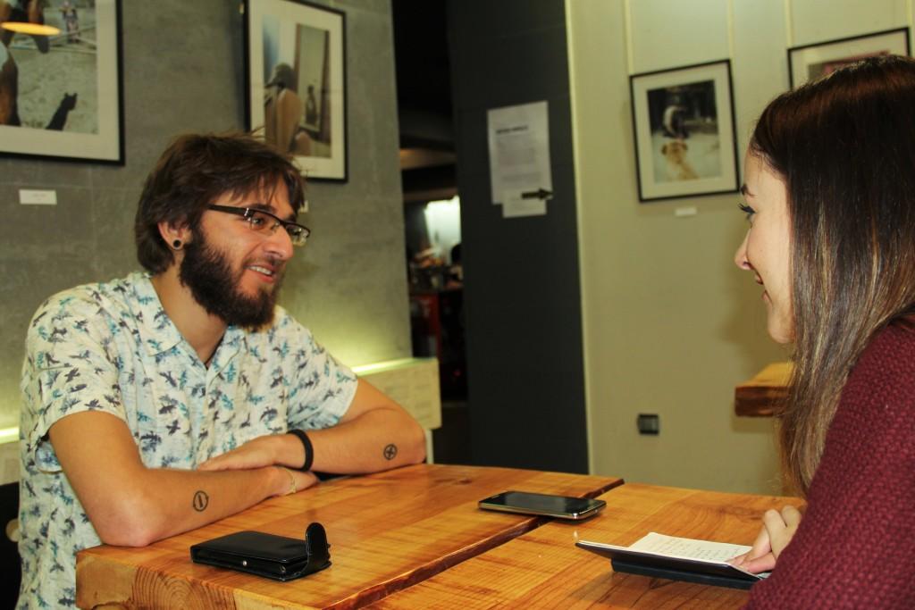 El fotógrafo Gustavo Morales durante su entrevista con Cuatro Círculos. Foto: Laura