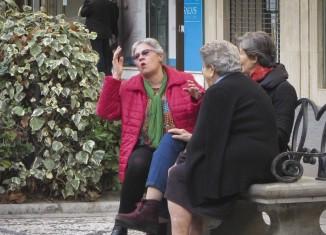 Señoras departiendo en pleno centro de Granada. Foto: Miriam R. G.