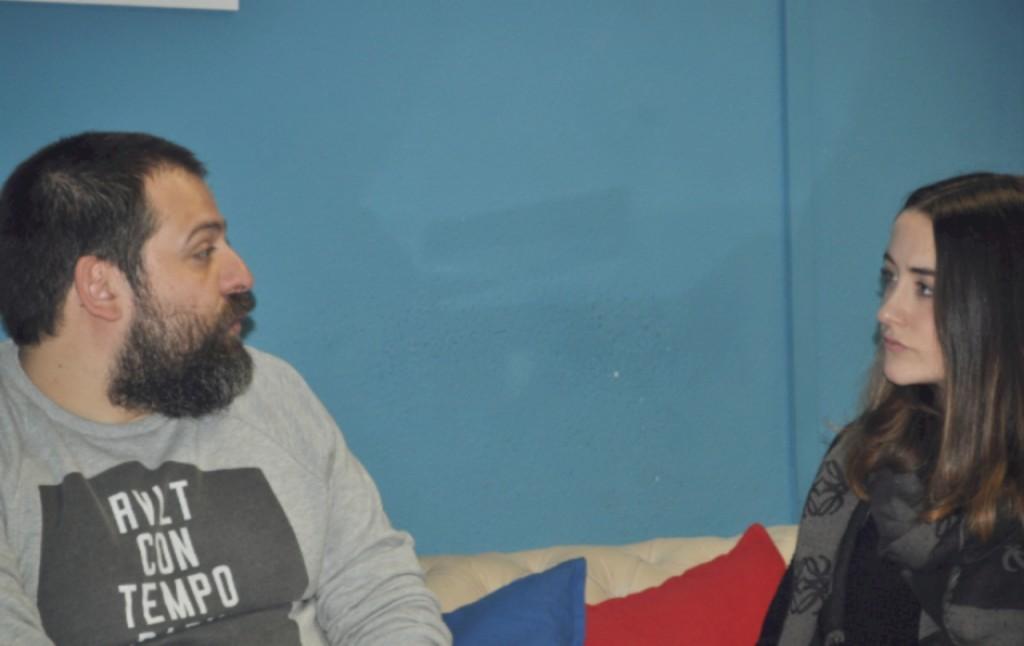 """Rafa Fortis: """"ese señor del sofá, que piensa"""" sentado en el chester de ESCO durante la entrevista. Foto: Pirén Vázquez"""