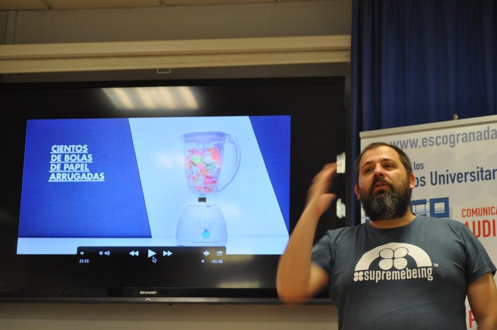 """Rafa Fortis durante su conferencia """"Reflexiones Atómicas en ESCO. Foto: Pirén Vázquez"""
