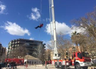 Los bomberos de Granada en pleno simulacro de rescate. Fotos: Marta Carretero