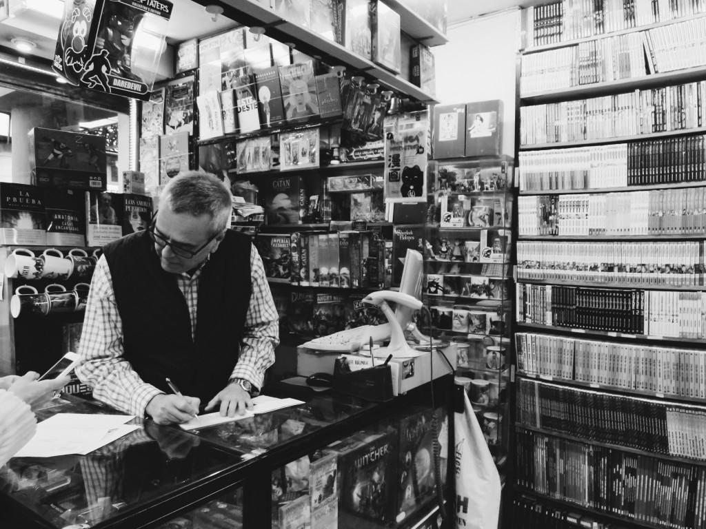 Todo friki granadino que se precie ha pasado por el mostrador de la librería de Nicolás Lupiañez. Foto: Amira Yousef