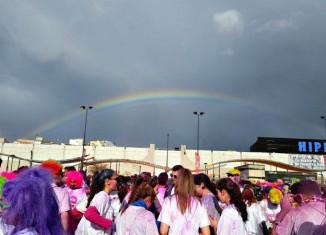Jóvenes esperando el comienzo de la Holi Run en Granada
