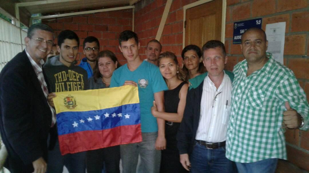 Francesco y su familia junto a la bandera de Venezuela