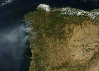 Fotografía publicada por la NASA en la que se observan los incendios activos en Galicia y Portugal
