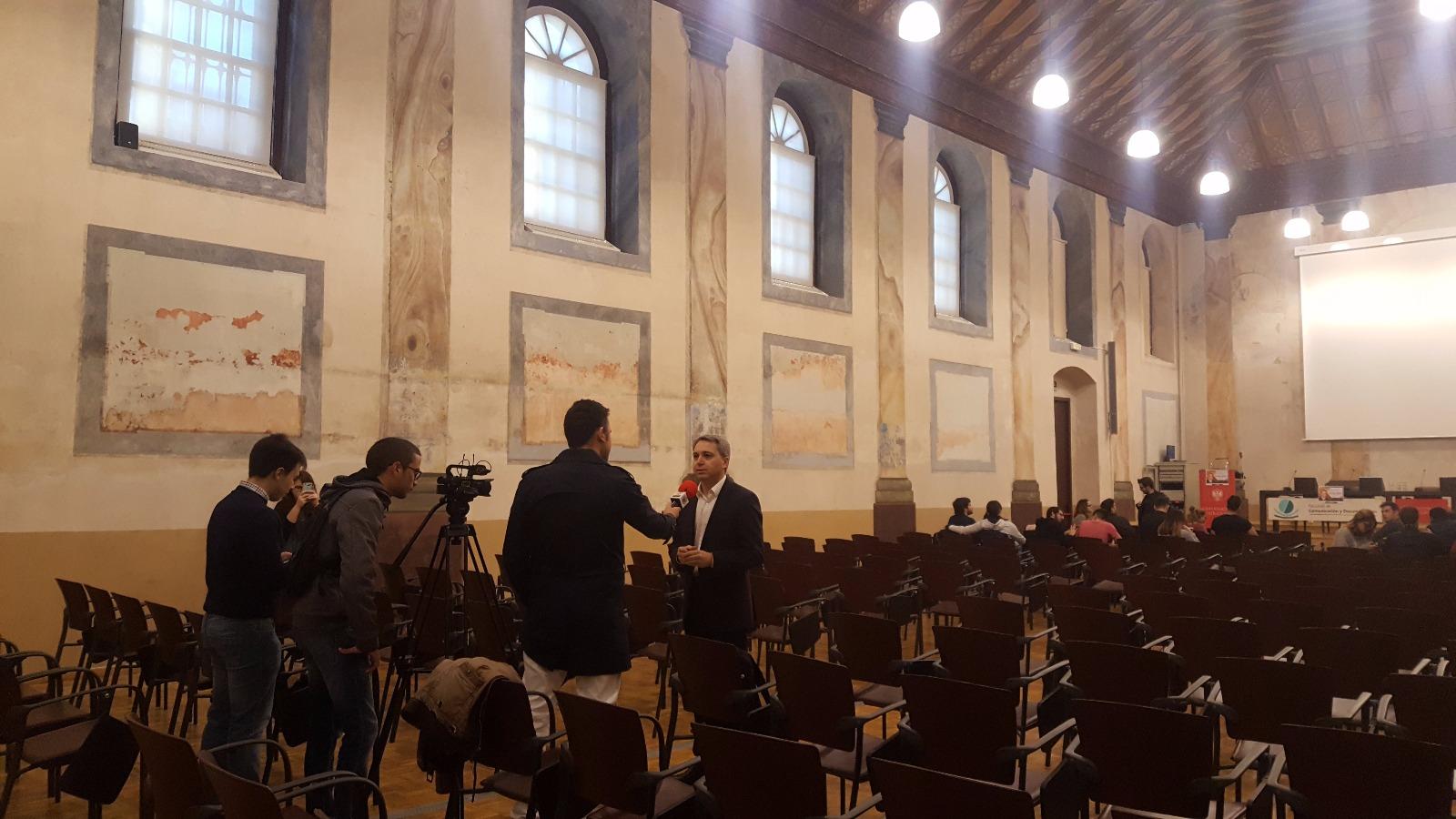 Vicente Vallés atiende a los asistentes a su charla