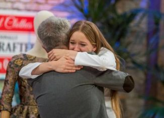 Lorenzo Caprile abrazando a Alicia